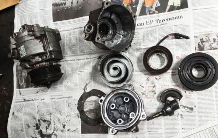 Penyebab Kompresor AC Mobil Rusak Kompresor AC mobil adalah komponen penting dan utama di dalam sistem AC mobil. Tugasnya untuk mensirkulasikan freon ke seluruh sistem AC, yaitu dengan cara menaikkan tekanan freon. Kompresor digerakkan dengan tali kipas dari pulley engine. Pergerakan kompresor tersebut akan menggerakkan piston/vane.Lalu gerakan piston ini akan mengakibatkan tekanan bagi refrigrant yang […]
