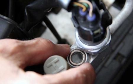 Apa Saja Akibat Jika Tekanan Freon AC Berlebihan? Bagaimana Cara Mengukur Tekanan Freon AC Mobil? AC mobil memiliki beberapa komponen yang saling terikat satu dengan yang lain. Apabila salah satu dari komponen tersebut rusak, maka kinerja ac tidak lagi maksimal. Suhu udara yang dihembuskan juga tidak dingin. Salah satu komponen ac yang mungkin sering kamu […]